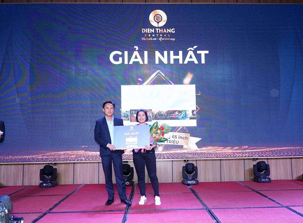Ông Đinh Văn Xuân - Đại diện chủ đầu tư trao quà bốc thăm may mắn tại sự kiện